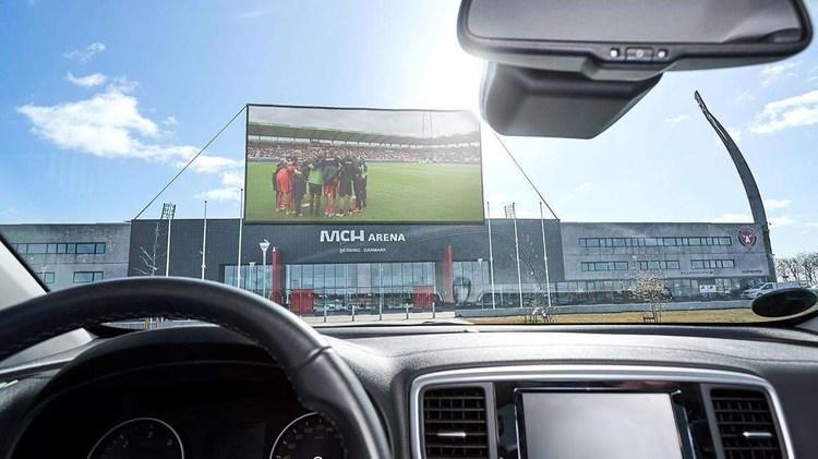 (عکس) فوتبال را از داخل ماشین ببینید!
