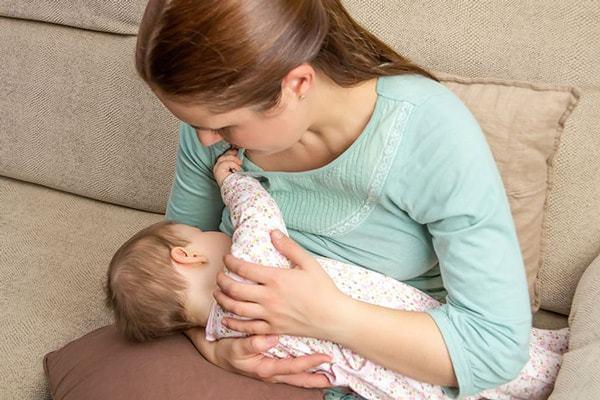 15 علت گریه نوزاد بعد از شیر خوردن